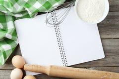 Öppen tom receptbok på grå träbakgrund Royaltyfri Foto