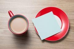 Öppen tom vit anteckningsbok, monokel, penna och kopp kaffe på skrivbordet arkivbild