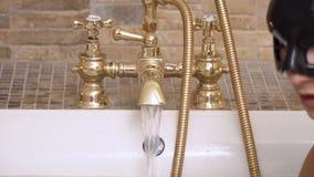 Öppen vattenkran för flicka i badrum stock video