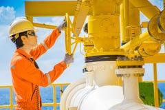 Öppen ventil för produktionoperatör som låter gas som flödar till havslinjen rör för överförd gaser och råolja till den centrala  royaltyfri foto