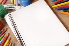 Öppen vit sida för skolbokskrivbord Arkivfoto