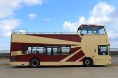 Öppet bästa turnerar bussar vid havet Arkivfoto