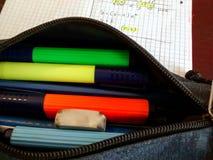 Öppet blyertspennafall med färgrika markörer, radergummit, blyertspennan och sidan Royaltyfria Bilder