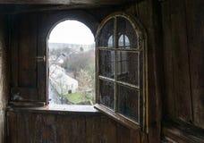 Öppet fönster av det gamla trätornet Royaltyfri Bild