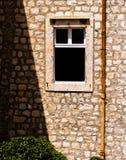 Öppet fönster i gammal byggnad royaltyfri bild