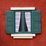 Öppet fönster med på den röda väggen Royaltyfria Bilder