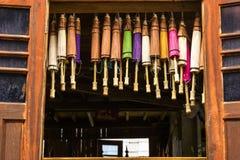 Öppet fönster mycket av pappers- paraplyer Royaltyfria Bilder