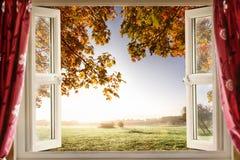 Öppet fönster på att bedöva bygd royaltyfria foton
