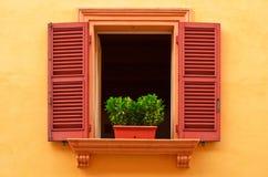 Öppet fönster på den gula väggen royaltyfri fotografi