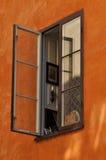 Öppet fönster på stuckaturväggen Royaltyfri Foto