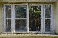 Öppet fönster - utifrån eller från inre arkivfoton