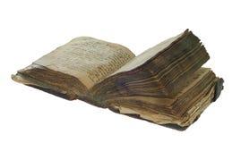 Öppet för gammal bok som isoleras på vit bakgrund med den snabba banan Royaltyfri Foto