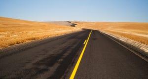 Öppet för grändhuvudväg för väg två Oregon landskap skördad jordbruksmark Royaltyfria Foton
