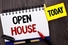 Öppet hus för ordhandstiltext Affärsidé för den bostads- inre yttre byggnadslägenheten för hem- egenskap som är skriftlig på Note royaltyfria bilder