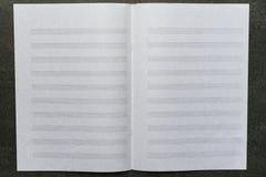 Öppet musikark på den svarta tabellen Arkivfoton
