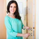Öppet nytt lås för hemmafru av dörren royaltyfri foto