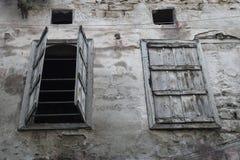 Öppet och stängt fönster, Tripoli, Libanon Arkivbilder