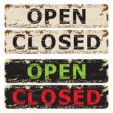 Öppet och stängt tecken. Fotografering för Bildbyråer