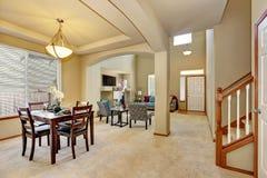 öppet plan för golv Äta middag område och vardagsrum med entrywayen Royaltyfria Foton