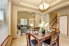 öppet plan för golv Äta middag område och vardagsrum med entrywayen Royaltyfri Foto