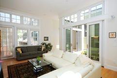 öppet plan för lägenhetatrium Arkivbilder