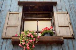 öppet rosa krukafönster för blomma Arkivbilder