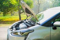 Öppet system för huvmekanikermotor som kontrollerar och som reparerar skadebilen arkivfoton