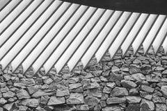 Öppet tak för betong och rå stenvägg har härlig klar konstruktion Europa för arkitektur den unika formskyen royaltyfria bilder