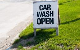 Öppet tecken för biltvätt på trottoarkant Arkivfoton