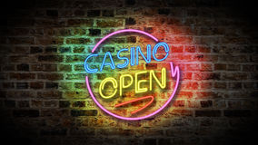 Öppet tecken för kasino på en bakgrund för tegelstenvägg arkivfilmer