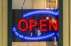 Öppet tecken för neon på dörren av en etablering fotografering för bildbyråer