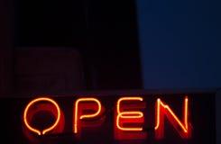 Öppet tecken för neon på natten Arkivfoto