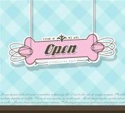 Öppet tecken som hänger på rosa färgemblem Arkivfoton