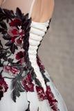 Öppet tillbaka av den stilfulla klänningen, oigenkännlig bakre sikt arkivbilder