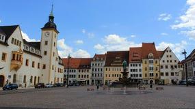 Öppet utrymme av den historiska gamla staden Freiberg med springbrunnen royaltyfria foton