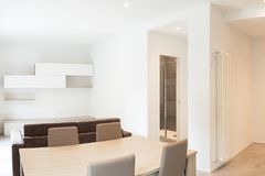 Öppet utrymme med elegant kök och vardagsrum royaltyfri foto