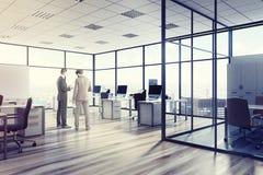 Öppet utrymmekontorsmiljö, män, akvarium Arkivbilder