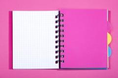Öppna anteckningsboken med den rosa bokmärken Arkivbild