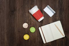 Öppna anteckningsboken med en blyertspenna Makron, papper-kopp och en kreditering c Royaltyfria Bilder