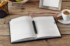 Öppna anteckningsboken med tomma sidor på den skrivbords- formgivaren Royaltyfri Fotografi