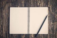 Öppna anteckningsboken och svärta blyertspennan arkivbild