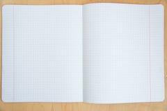 Öppna anteckningsboken på en träbakgrund Fotografering för Bildbyråer