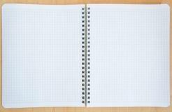 Öppna anteckningsboken på en träbakgrund Arkivfoton