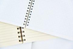 Öppna anteckningsboken på en träbakgrund Royaltyfri Bild