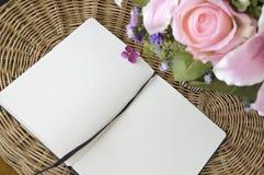Öppna anteckningsboken på korg Arkivbilder