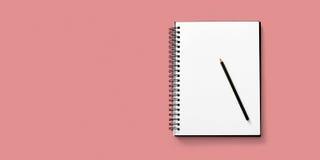 Öppna anteckningsboken på vit bakgrund med en blyertspenna Arkivfoton