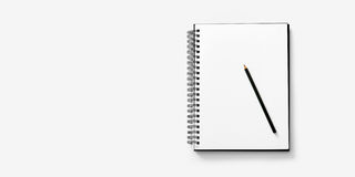 Öppna anteckningsboken på vit bakgrund med en blyertspenna Arkivbilder