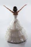 Öppna armar för härlig brud som bär i ursnygg bröllopsklänning Fas Arkivfoto
