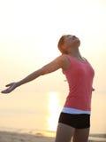 Öppna armar för kvinna på stranden Royaltyfri Fotografi