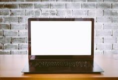 Öppna bärbara datorn på ett kontorsskrivbord Fotografering för Bildbyråer